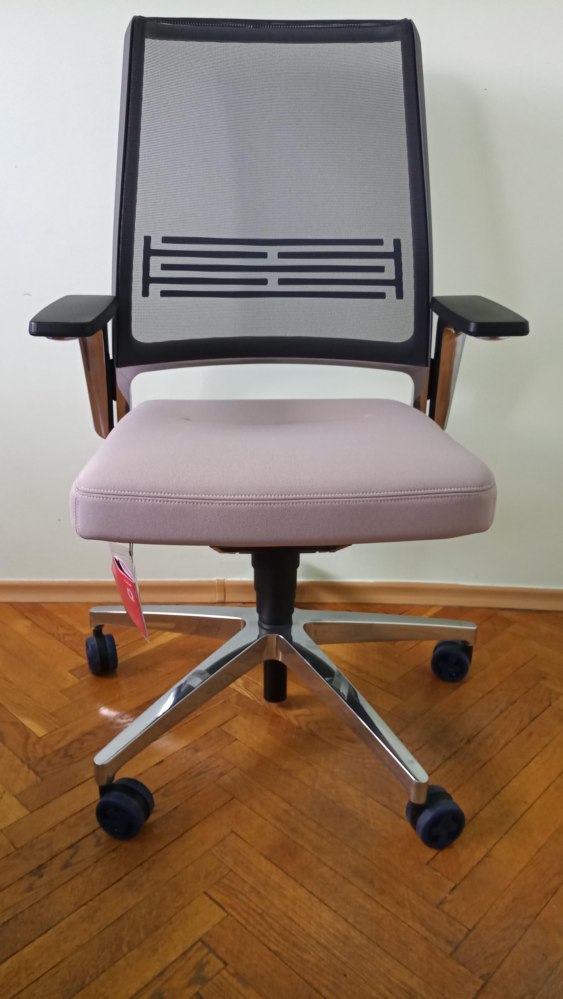 Офисное кресло с сетчатой спинкой VINTAGEis5 17V7 от Interstuhl. С регулировками наклона и глубины сиденья. Можно купить в Киеве. В наличии.