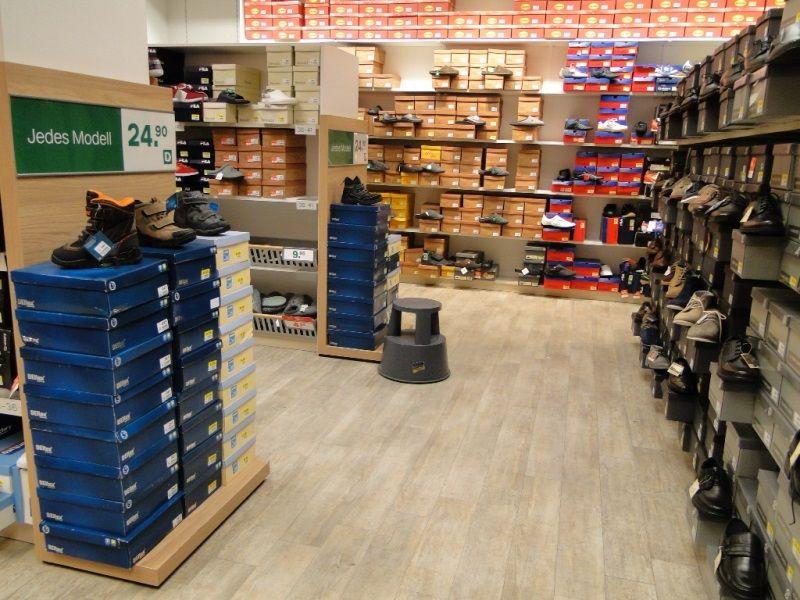 Табурет-стремянка пластиковый для магазина обуви для выкладки товара. Подойдет для склада, для офиса и для дома